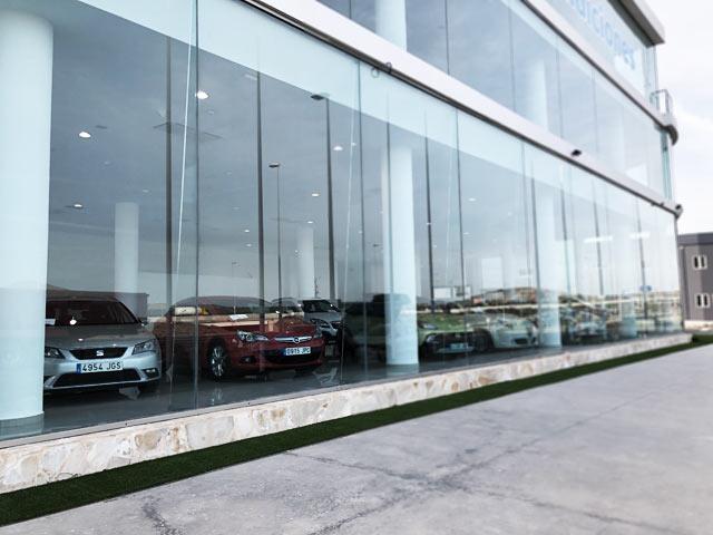 Foto real de la exposición de venta de coches