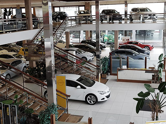 Foto real de la exposición de venta de coches / taller